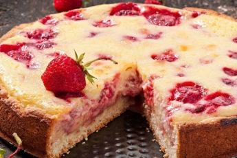 Заливной пирог с клубникой — мой самый обожаемый июньский десерт.
