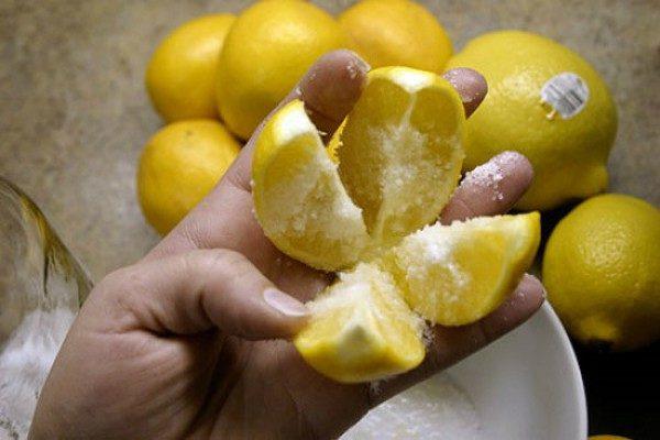 razrezh-te-1-limon-na-4-chasti-posyp-te-sol-yu-i-polozhite-na-kuhne-etot-tryuk-izmenit-vashu-zhizn-navsegda-1-2991256